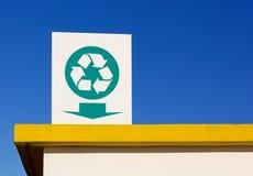En réutilisant le symbole signez plus d'un toit Images stock