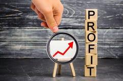 En röd övre pil och inskriften 'vinst ', Begrepp av affärsframgång, finansiell tillväxt och rikedom Öka vinster och investera arkivfoto
