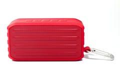 En röd bärbar elektronisk högtalare eller radio Arkivbild