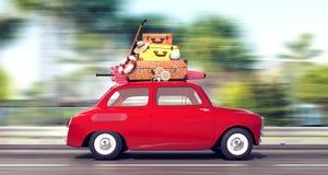 En röd bil med bagage på taket går snabb på semester royaltyfri bild