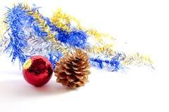 En röd boll för gnistrande och ett guld- sörjer kotten Arkivfoto