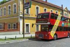 En röd bortgång för dubbeldäckarebuss till och med gatorna av staden av Skopje, republik av M Royaltyfri Bild
