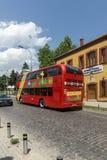 En röd bortgång för dubbeldäckarebuss till och med gatorna av staden av Skopje, republik av M Arkivfoto