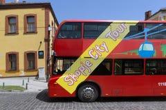 En röd bortgång för dubbeldäckarebuss till och med gatorna av staden av Skopje, republik av M Royaltyfri Foto