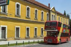 En röd bortgång för dubbeldäckarebuss till och med gatorna av staden av Skopje, republik av M Royaltyfri Fotografi