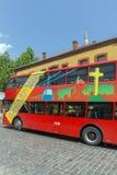 En röd bortgång för dubbeldäckarebuss till och med gatorna av staden av Skopje, republik av M Royaltyfria Bilder