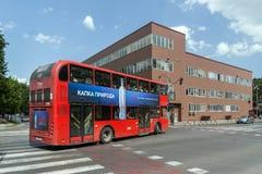 En röd bortgång för dubbeldäckarebuss till och med gatorna av staden av Skopje, republik av Royaltyfria Foton