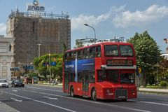 En röd bortgång för dubbeldäckarebuss till och med gatorna av staden av Skopje, republik av Fotografering för Bildbyråer