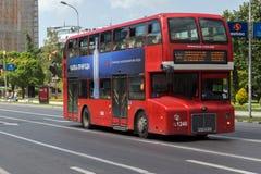 En röd bortgång för dubbeldäckarebuss till och med gatorna av staden av Skopje, republik av Arkivfoto