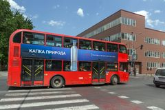 En röd bortgång för dubbeldäckarebuss till och med gatorna av staden av Skopje, republik av Royaltyfri Fotografi