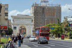 En röd bortgång för dubbeldäckarebuss till och med gatorna av staden av Skopje, republik av Royaltyfri Bild