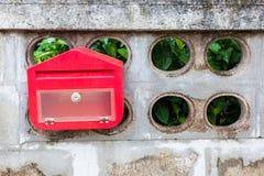 En röd brevlåda Arkivbild