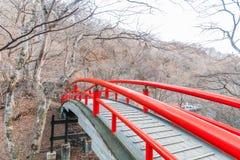 En röd bro i Ikaho Onsen på höst är en stadlocat för varm vår Fotografering för Bildbyråer