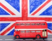 En röd buss för dubbel däckare Royaltyfria Bilder