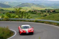 En röd Ferrari 458 Speciale tagandedel till den Miglia Ferrari hedersgåvan 1000 Royaltyfri Bild
