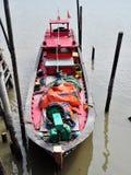 En röd fiskebåt Arkivfoto