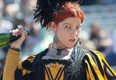 En röd Haired Wench på den Arizona renässansfestivalen Arkivbild