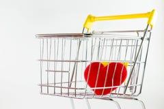 En röd hjärta i shoppingvagn Royaltyfria Foton