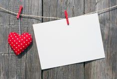 Röd hjärta och tomt kort arkivfoton