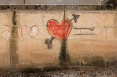 En röd hjärta på en vägg royaltyfri fotografi