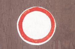 En röd rund ram med tomt utrymme Symbol för latinsk bokstav för singel abc dragit över den vita bakgrunden Royaltyfri Bild