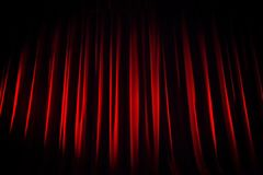En röd sammetteatergardin för showen börjar Royaltyfri Fotografi