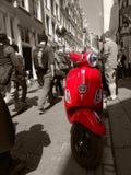 En röd sparkcykel på rött ljusområdet, Amsterdam Arkivbilder