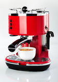 En röd tappning som ser espressokaffe, bearbetar med maskin är danande per kaffe Arkivbild