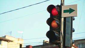En röd trafikljus vänder grönt Slut upp stads- stadstrafikljus som ändrar från rött till bilar för grön signal arkivfilmer