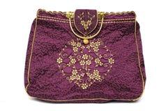 En rödbrun röd kulör damhand bär handväskan Royaltyfria Bilder