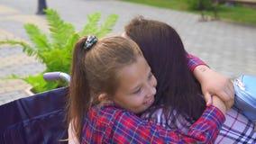 En rörelsehindrad kvinna i skott för dotter för rullstolmoderkramar ett stadigt stock video