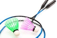 En racket och en fjäderboll Arkivbild
