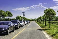 En rad av bilar på vägen royaltyfri bild