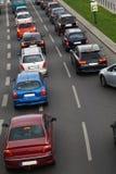 En rad av bilar som väntar i en trafikstockning för möjligheten av fuen royaltyfri fotografi
