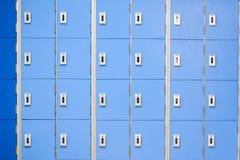En rad av blåa skåp Arkivbild