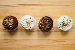 En rad av choklad- och vaniljmuffin Arkivbild