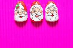 En rad av choklad som täckas med Santa Claus, vänder mot omslag Royaltyfria Foton