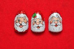 En rad av choklader som täckas med omslag för framsida för Santa Claus ` s Royaltyfria Bilder