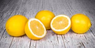 En rad av citroner på en wood tabell Royaltyfria Foton