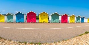 En rad av den färgrika trästranden förlägga i barack på stranden i Eastbourne Arkivbilder