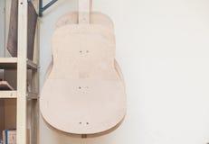 En rad av den klassiska oavslutade gitarren på seminariet Arkivbild