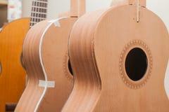 En rad av den klassiska oavslutade gitarren på seminariet Royaltyfri Foto