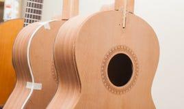 En rad av den klassiska oavslutade gitarren på seminariet Arkivbilder