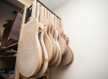 En rad av den klassiska oavslutade gitarren på seminariet Royaltyfri Fotografi