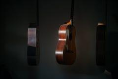 En rad av den klassiska oavslutade gitarren på seminariet i solljus Fotografering för Bildbyråer