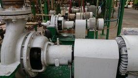 En rad av elektriska motorer för bransch för vattenpumpar royaltyfri bild