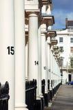 En rad av georgiska stilhus i den London gatan Arkivbilder
