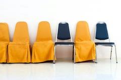 En rad av gulingstol- och blåttstol Royaltyfri Fotografi