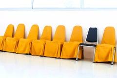 En rad av gulingstol- och blåttstol Royaltyfria Bilder