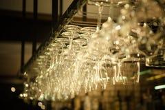 En rad av hängande vinexponeringsglas arkivfoto